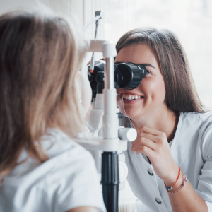 カラコンは目に悪い?悪くする原因と注意点を紹介